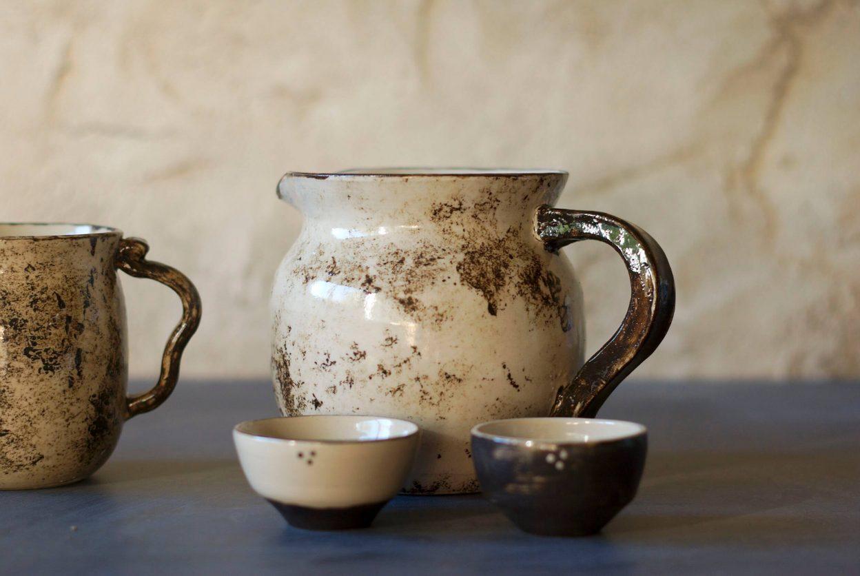 Pichet et tasses marrons de l'atelier Sy