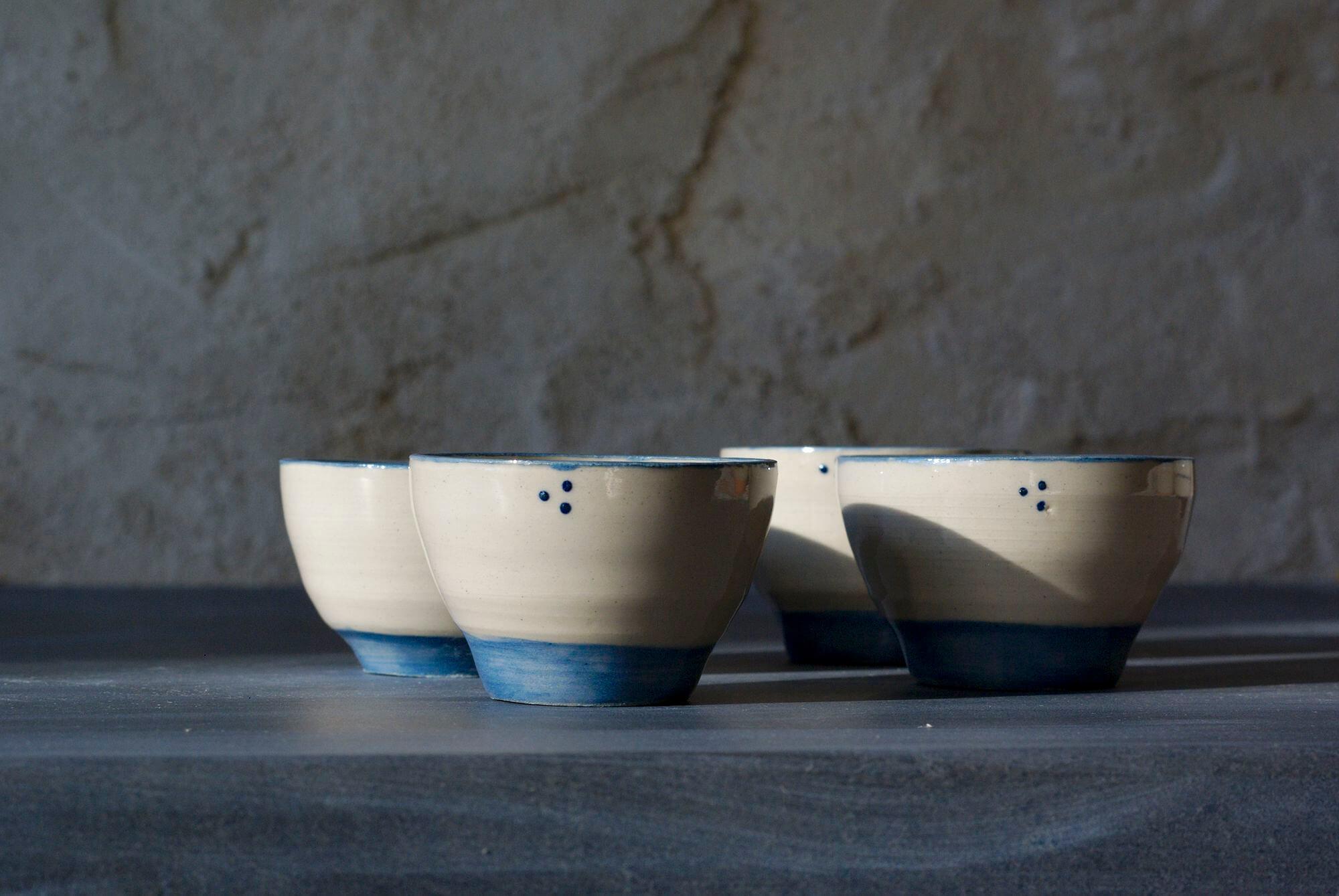 Tasses à café bleues de l'atelier Sy