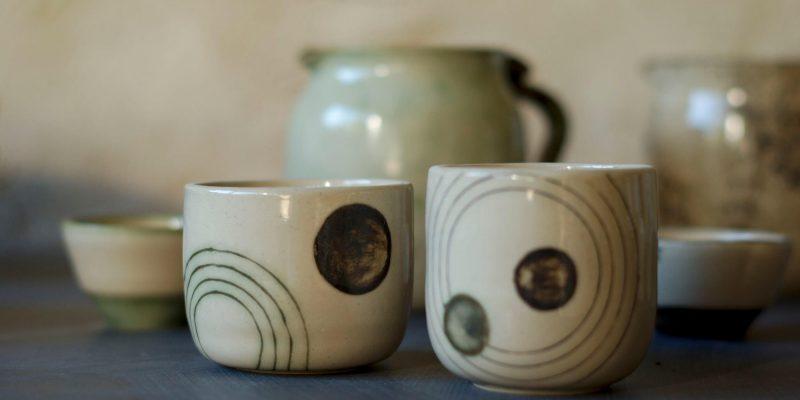 Tasses en grès vert et marron, L'atelier Sy
