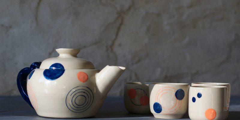 Théière et tasses orange-bleu de l'atelier Sy